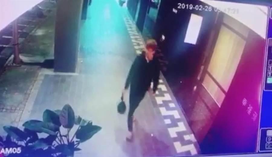 新北市新店某環保公司工作人員26日在回收場內進行廚餘回收作業,在塑膠袋內驚見附有胎盤、臍帶的女嬰屍體,警方鎖定一名黑衣男子。(葉書宏翻攝)