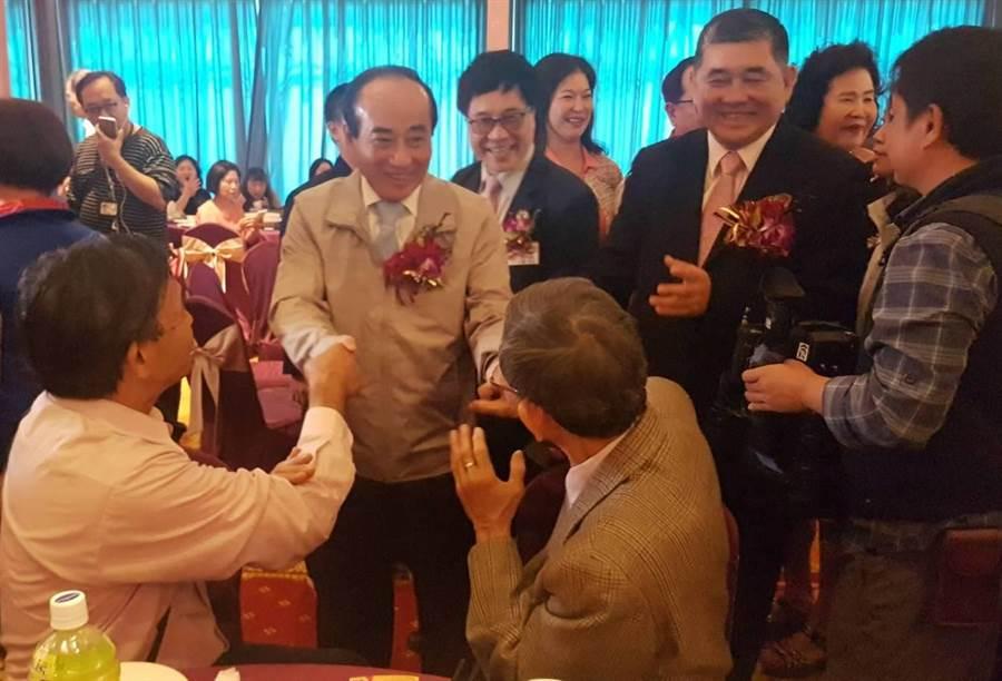 王金平向在場支持者及鄉親握手致意,聽到整場猛喊總統好,也讓王金平笑開懷。(劉宥廷攝)