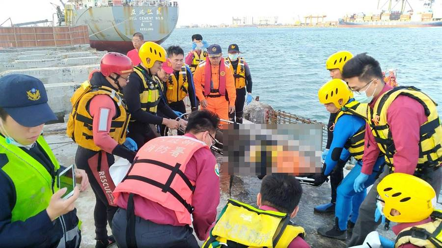 鄭姓工人落水失蹤,3小時被潛水人員從港底救起,已明顯死亡。(王文吉翻攝)
