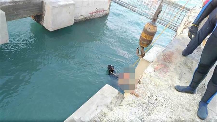潛水人員在11公尺深的港底,「摸」鄭男趴在爛泥中,拉出水面時已無生命跡象。(王文吉翻攝)