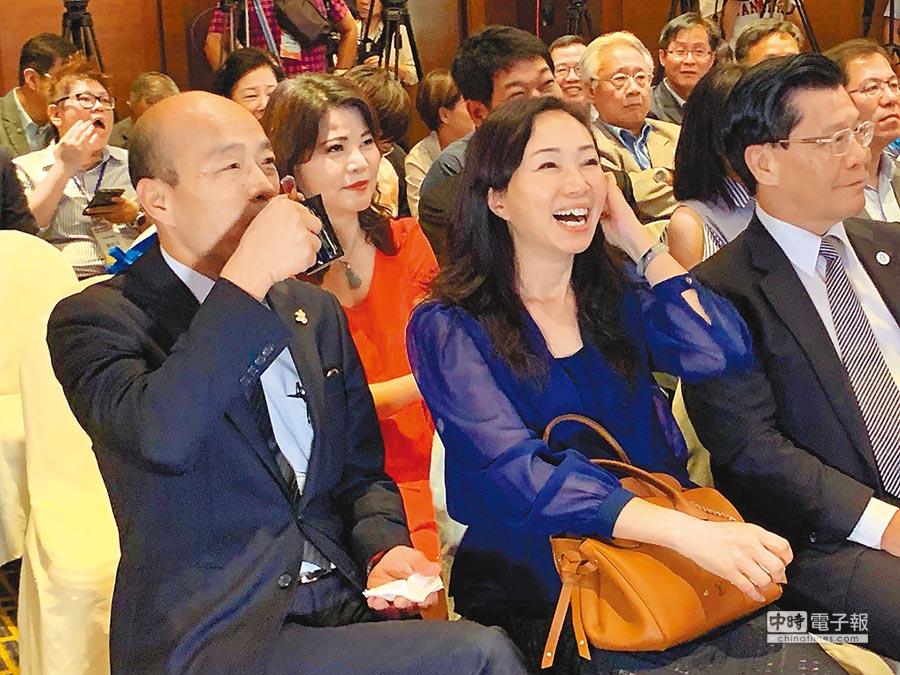 台灣民意基金會最新民調,民眾對高雄市長韓國瑜感情溫度60.35度最高,韓國瑜(左)星馬行操壞了,27日出席觀光推介會喝咖啡提神,針對總統大選,韓首度鬆口「會有決定」。(柯宗緯攝)