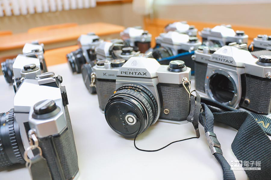 美籍Evan捐贈百餘部機械式相機給再耕園,將在3月2日進行義賣。(再耕園提供)