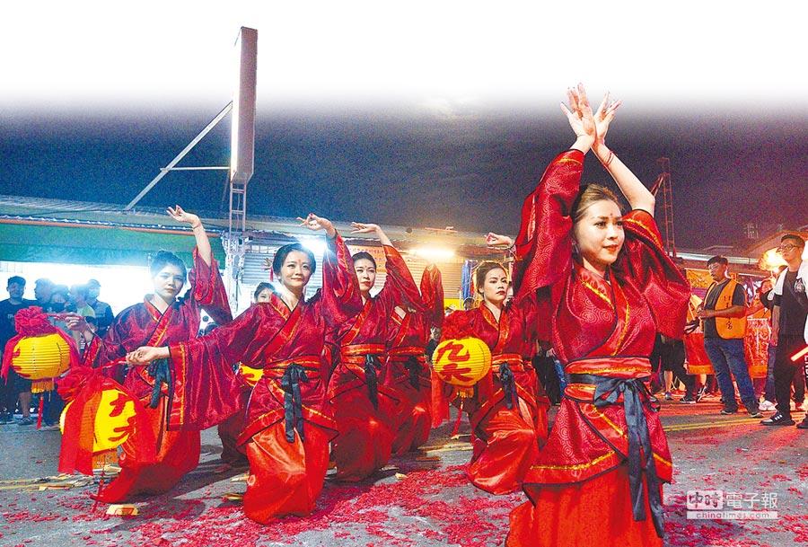 九天玄女駕前七仙女在月光下的亮眼演出,令人刮目相看。(莊哲權攝)
