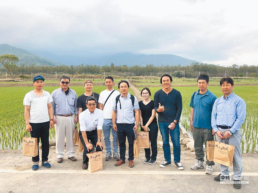 青農魏瑞廷(右三),打造自有品牌「池上禾穀坊」以區塊鏈技術導入傳統稻米產業,引起日本人組團來訪。(楊漢聲翻攝)