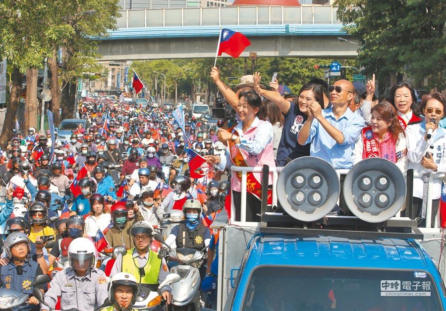 台灣民意基金會26日最新民調結果,若韓國瑜出馬競選總統,支持度領先。圖為九合一選舉韓國瑜掃街催票,「凍蒜」聲鼎沸。(本報系資料照片)