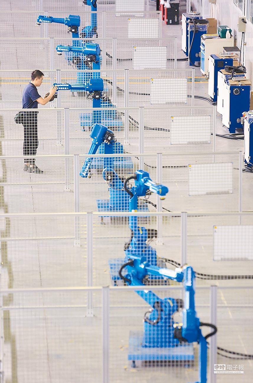 2018年9月29日,重慶一家機器人生產企業技術人員測試工業機器人。(新華社)