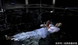 大媽漂浮水面稱佛祖附身 襁褓嬰兒揭穿她騙局