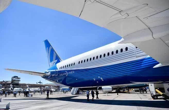 歐洲航空集團空中巴士(Airbus)2月14日宣布,由於大客戶砍單,全球最大客機A380將在2021年停產。與此同時,第一代巨無霸客機波音747,也將逐漸淘汰。(新華社資料照)