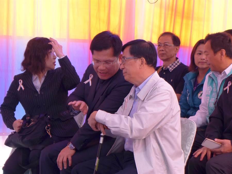 前總統陳水扁(右起)到台中參加公祭,與交通部長林佳龍耳語。(林欣儀攝)