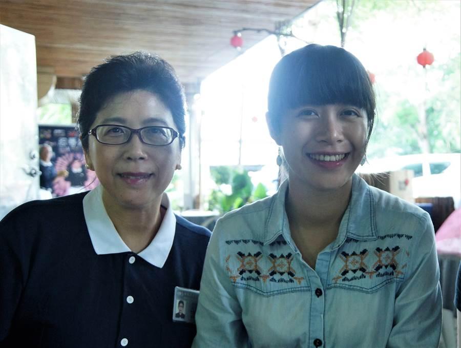 洪懿君(右)2015年利用假日,參加身為慈濟志工的母親陳美惠(左)所投入的骨髓捐贈驗血活動。(圖/慈濟基金會提供)