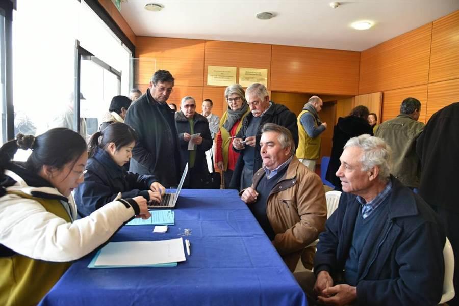 洪懿君(左2)在2018年2月慈濟為葡萄牙林火災民發放時,在報到區協助校對資料。(圖/慈濟基金會提供)