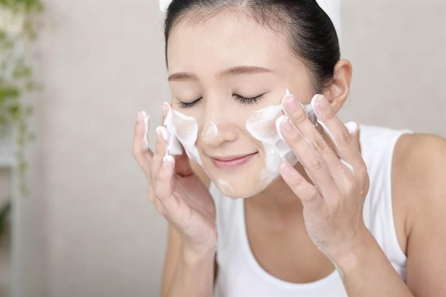 快改掉壞習慣!髮際線後退竟和「洗臉」有關(示意圖/達志影像)