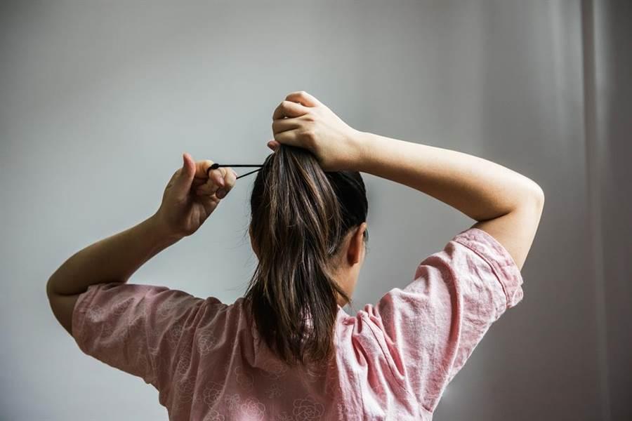 常綁馬尾也可能造成「牽引性脫髮」(示意圖/達志影像)