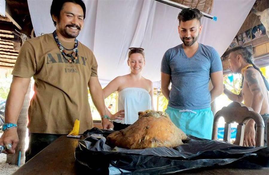 海邊撿到10公斤黃石 朋友驚:這可能價值1億(圖翻攝自/khaosodenglish)
