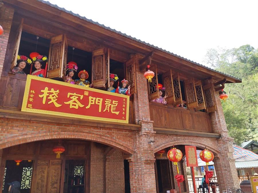 林姓業者在台南白河打造仿古建築群,並提供遊客古裝戲服,在園區拍照打卡,上演穿越劇橋段。(莊曜聰攝)