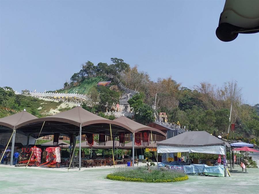 林姓業者在台南白河打造3公里長的台灣濃縮版萬里長城,可登高望遠眺望嘉南平原景色。(莊曜聰攝)