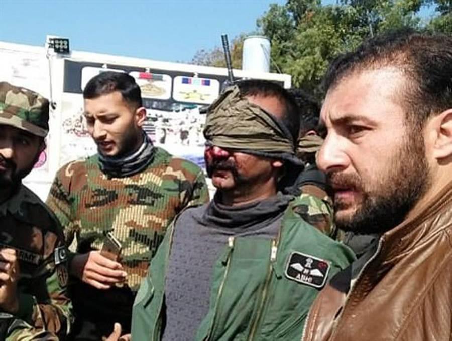 巴基斯場公布的被俘印度飛行員阿比納丹(右二),並於1日移交還給印度軍方。(圖/喀什米爾觀察報)