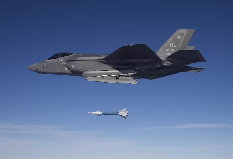 圖為美軍F-35戰機在空中施放雷射導彈炸彈。雷射導引炸彈易受天候影響準確度,目前已開發出不受天候影響的小直徑導引炸彈,威力更為強大。(圖/美軍空軍)