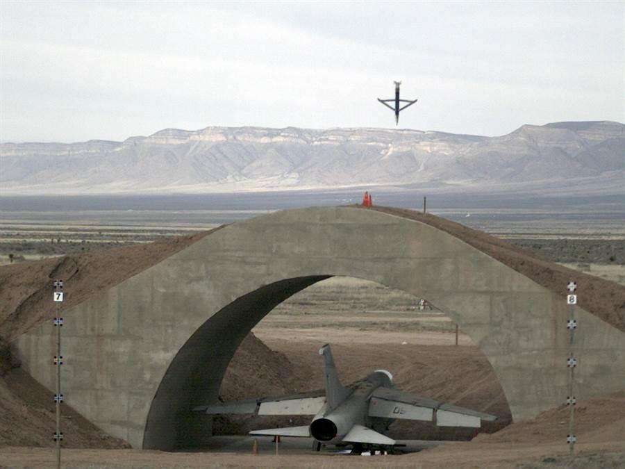 美國新開發的小直徑導彈炸彈具備電漿噴射技術,以穿透裝甲或防護掩體再攻擊內部的人員與武器。圖為第1版小直徑炸彈穿透掩體攻擊掩體內戰機的連續畫面。(圖/美國空軍)
