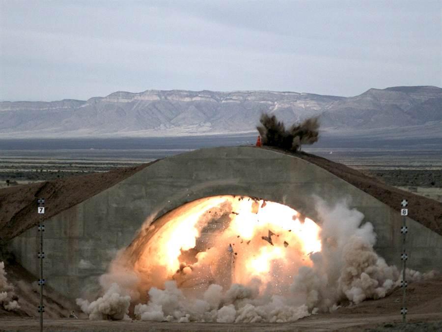 圖為第1版小直徑炸彈穿透掩體攻擊掩體內戰機的連續畫面。(圖/美國空軍)