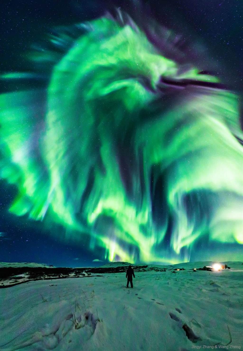 這片極光彷彿呈現龍的模樣,張牙咧嘴還從鼻中噴出火焰,身後的極光則像是龍身,一旁還有雙翼(圖翻攝自/Astronomy Picture of the Day)