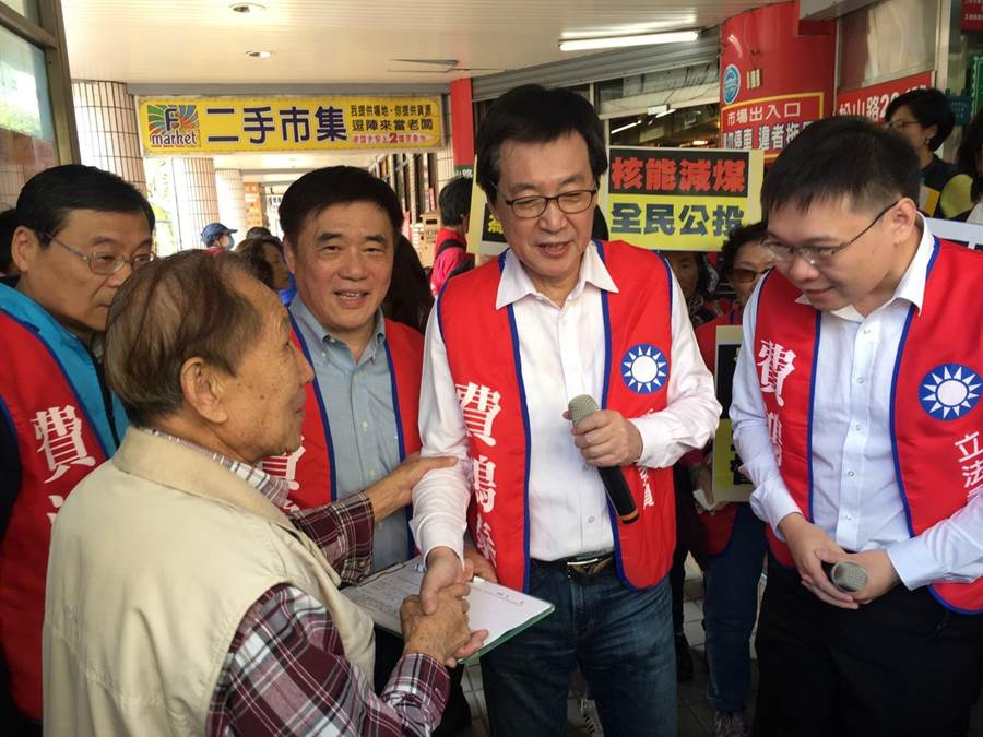 國民黨副主席郝龍斌2日參與立委費鴻泰發起的「全民響應核能減煤公投」活動。(吳堂靖攝)