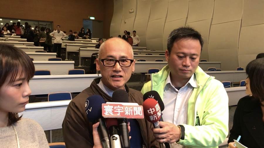 國立海洋科技博物館長吳俊仁(中)1日卸任,歸建海洋大學,至於館長接手人選,目前還未決定,需由教育部定奪。(張穎齊攝)