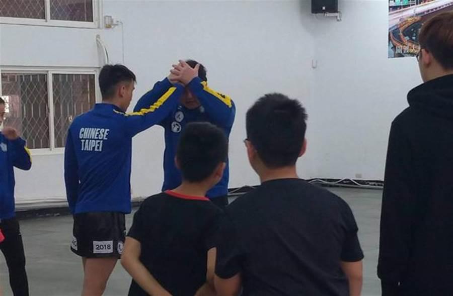 搏擊國家隊教練蔡豐穗(後右)與選手陳禹希(後左)為小朋友示範防身術。(吳家詮翻攝)