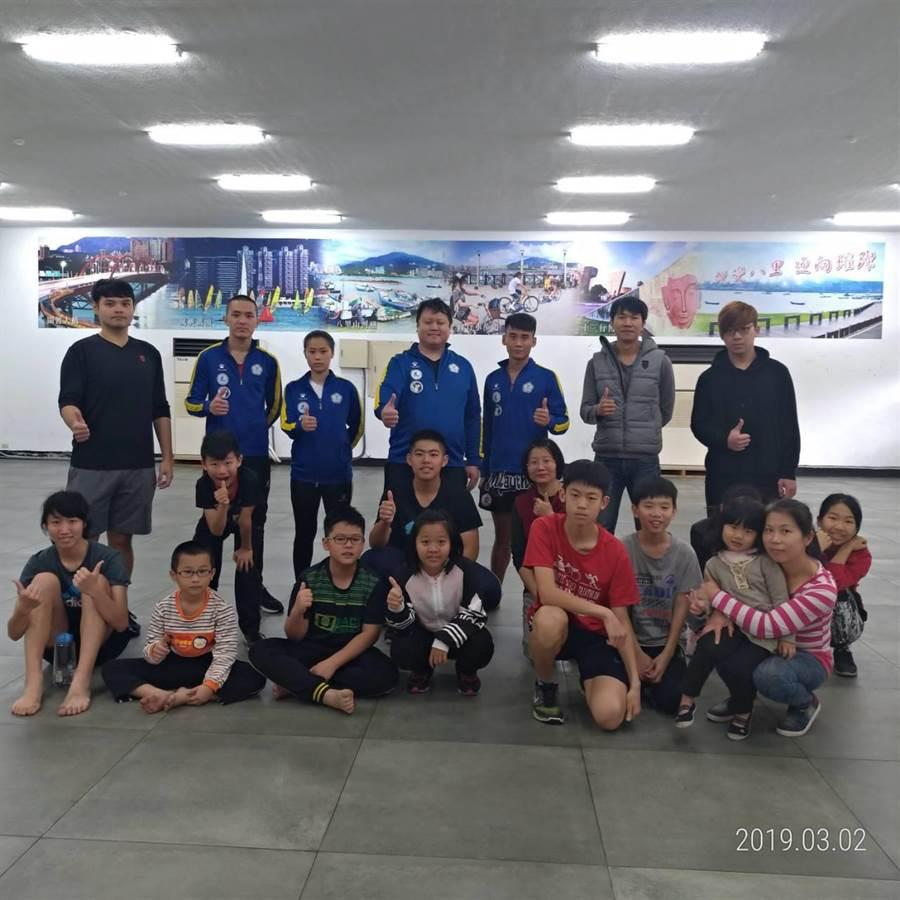 八里國小跆拳站邀國家教練率選手親自指導學童防身術。(吳家詮翻攝)