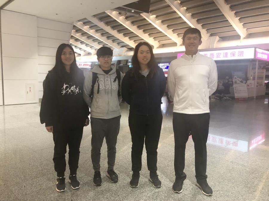 中華女子高球隊上午搭機前往澳洲阿德雷德,參加2019泰后盃亞太女子高球隊際錦標賽。右起:教練徐易騰,選手安禾佑、陳伶潔、邱譓芠。(圖/中華高協提供)
