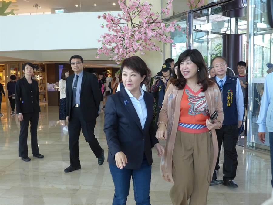 台中市長盧秀燕(左)參加張廖簡宗親會活動時,針對AIPH的說法提出回應。(林欣儀攝)