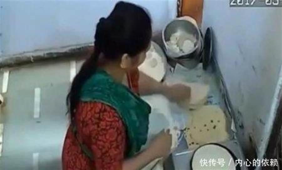 不過監視器中,女員工煎烙餅並無異常,讓老闆很疑惑。(圖取自大陸微信)