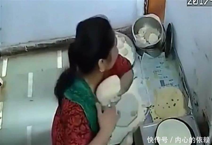 但是女員工將煎好烙餅塞入胸前,老闆恍然大悟,笑了出來。(圖取自大陸微信)
