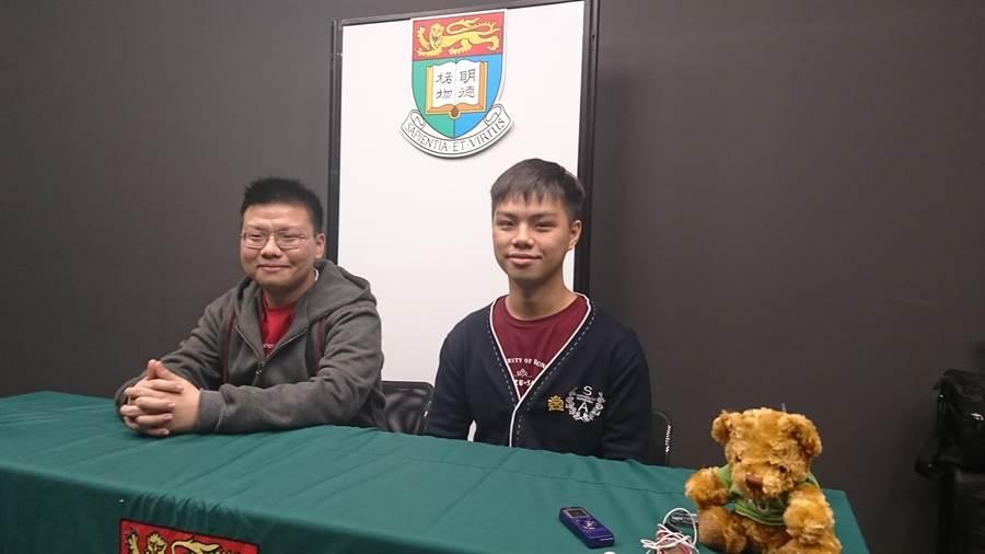 畢業於武陵高中的張大川(左),以及高中在台南一中就讀的徐亞呈(右),兩人皆是學測狀元,現在都在香港大學就讀。(李侑珊攝)
