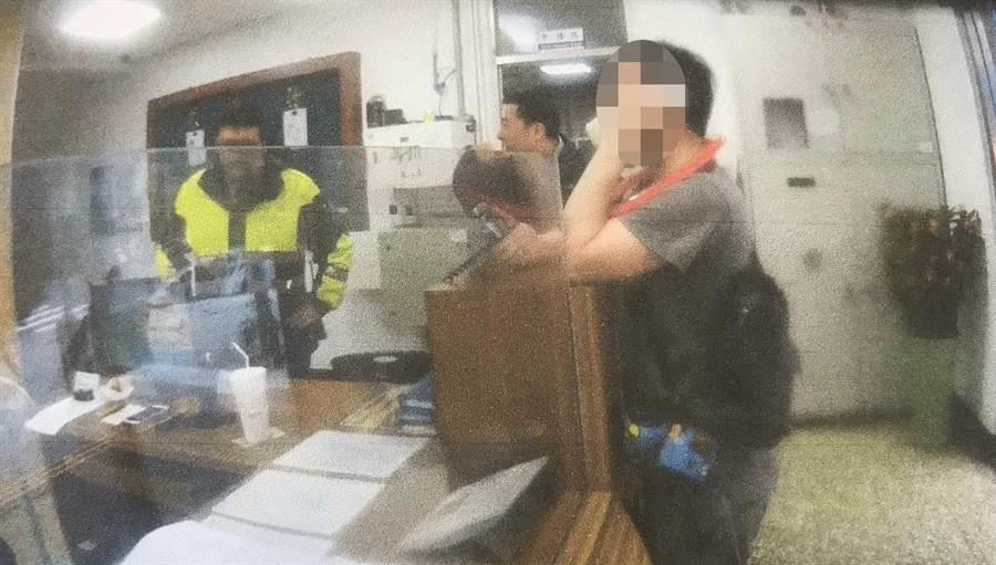28歲美籍男子史蒂芬(音譯)酒後到新北市永和警分局鬧事,怒罵警員、吐口水遭法辦。(葉書宏翻攝)