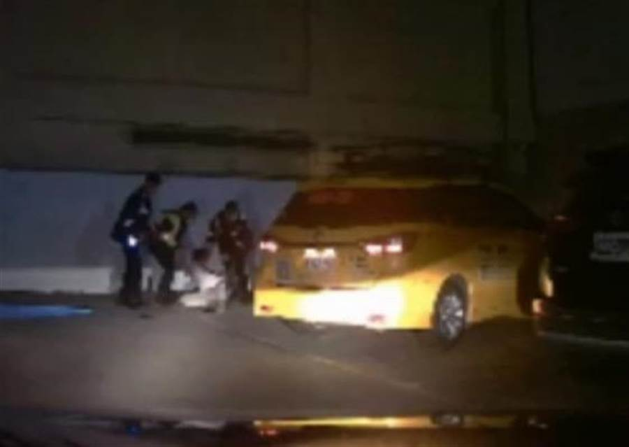 警方將酒駕肇事逃逸的吳姓計程車司機拖出車外。(林宏聰翻攝)