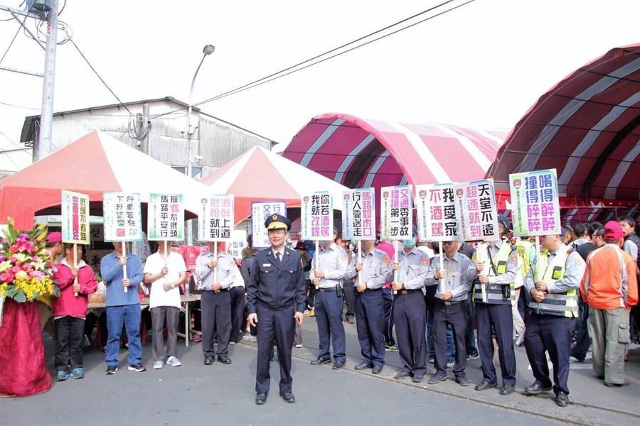 麻豆警分局2日出動多位員警到麻豆代天府廣場宣導交通安全規則。(劉秀芬翻攝)