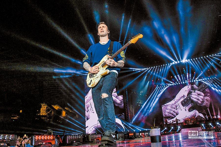 亞當李維多次彈起電吉他,帶動現場氣氛。