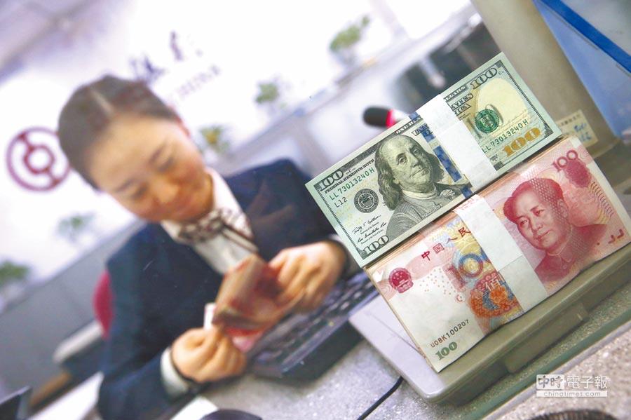 大陸公募基金爭先恐後布局MSCI主題基金。圖為銀行員清點貨幣。(中新社資料照片)