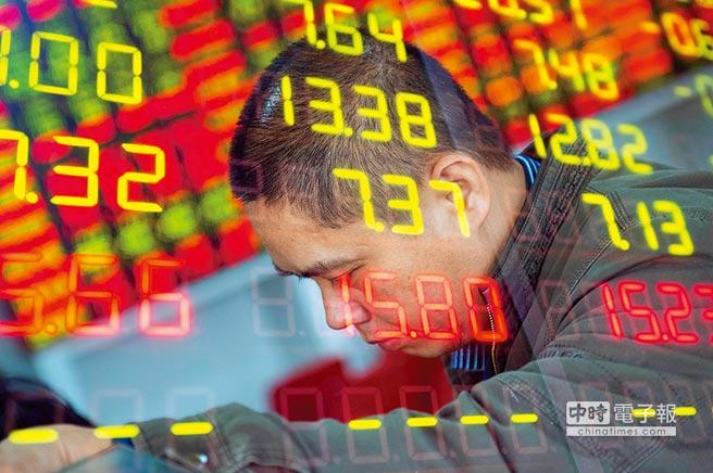 大陸資本市場喜迎科創板時代!圖為海口某證券營業部股民關注大盤走勢。(中新社資料照片)