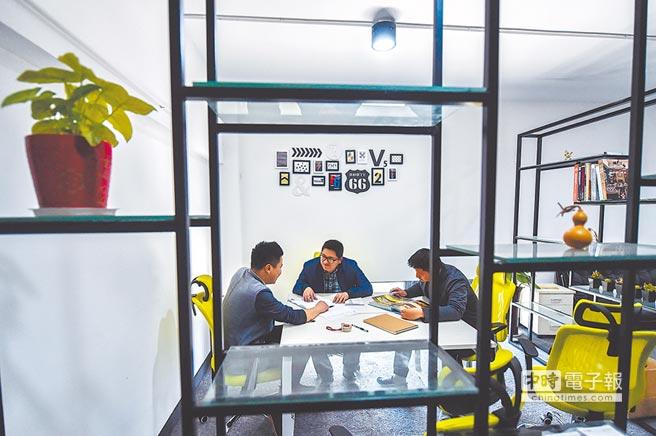 大陸全國兩會即將召開,中小企業減負成關注重點。圖為浙江湖州創意夢工場推動大學生小微企業創業。(新華社資料照片)