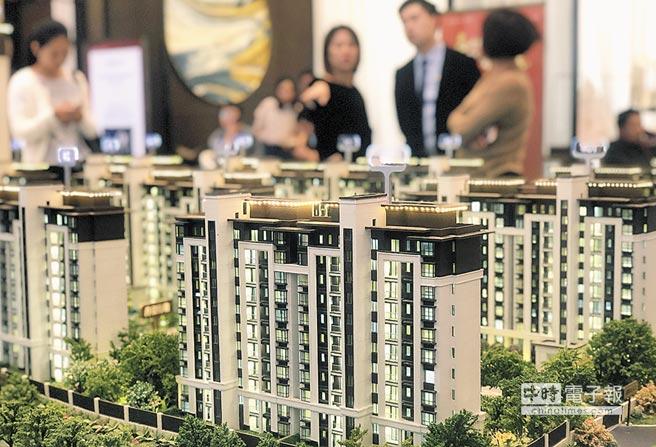大陸《房地產稅法》目前已在起草和完善方案之中。圖為江西南昌一樓盤售樓處,工作人員介紹待售樓盤情況。(中新社資料照片)