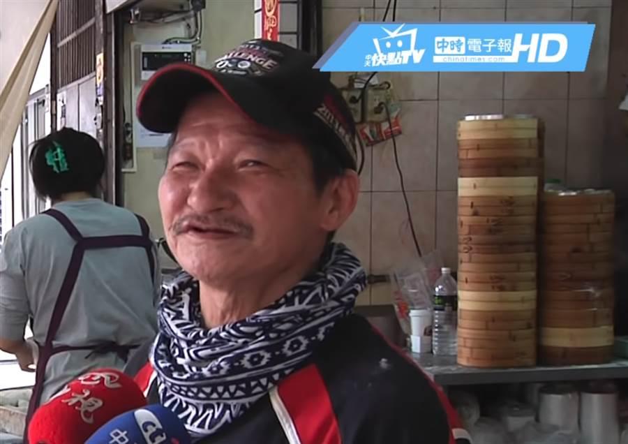 水煎包店老闆柯志功為體恤學生族群,20年來不曾漲價。(圖/中天新聞)