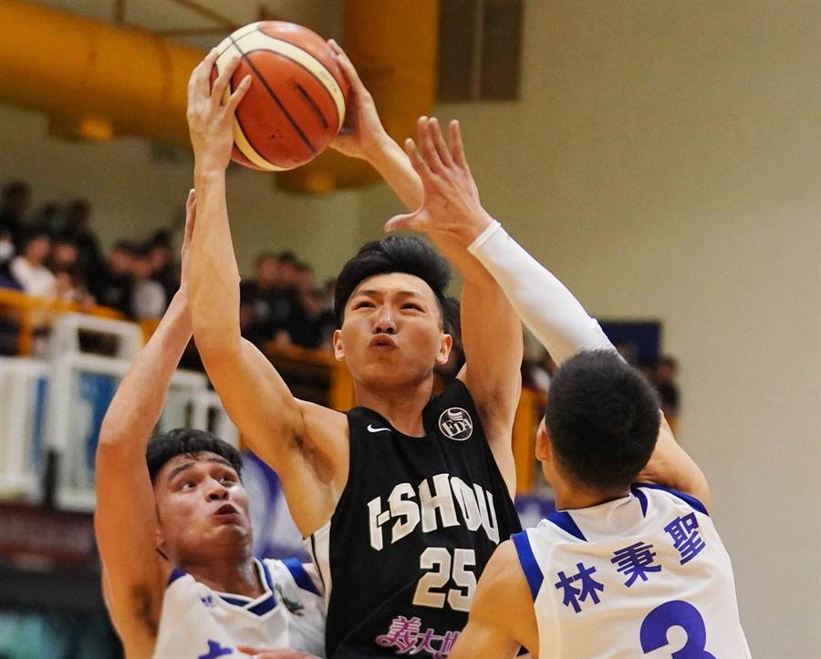 義守女教頭謝玉娟認為,只要羅建斌(中)穩了,球隊就穩了,也鼓勵他大學畢業後可以繼續往上打球。(大專體總提供)