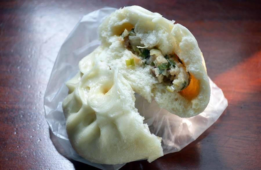 綿密麵皮、紮實內餡,榮記肉包在屏東市區飄香40年。(林和生攝)