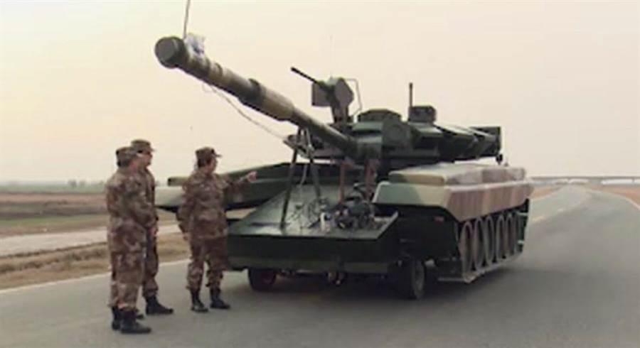 乍看之下,這就是俄製T-90戰車,然而它的履帶並不觸地,中間其實包裹了一輛四輪車。(圖/網路)