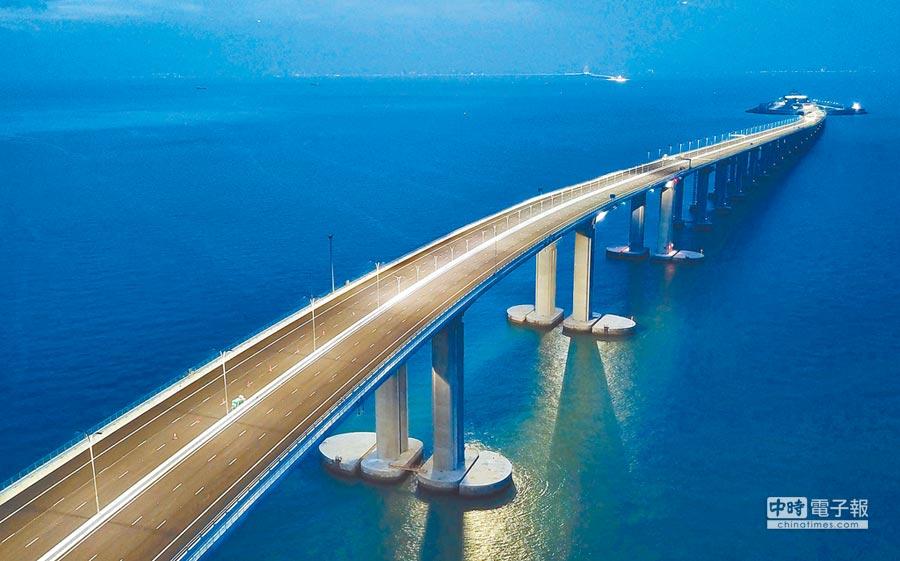 「粵港澳大灣區」經濟發展可期,圖為2018年6月拍攝的港珠澳大橋夜景。(中新社)