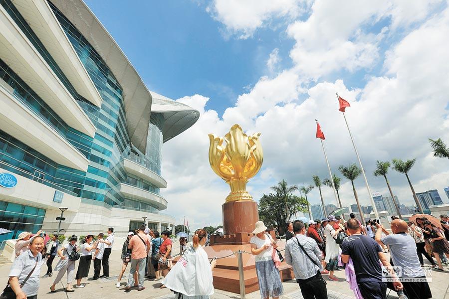 香港回歸20周年,遊客在香港金紫荊廣場遊覽。(新華社料照片)