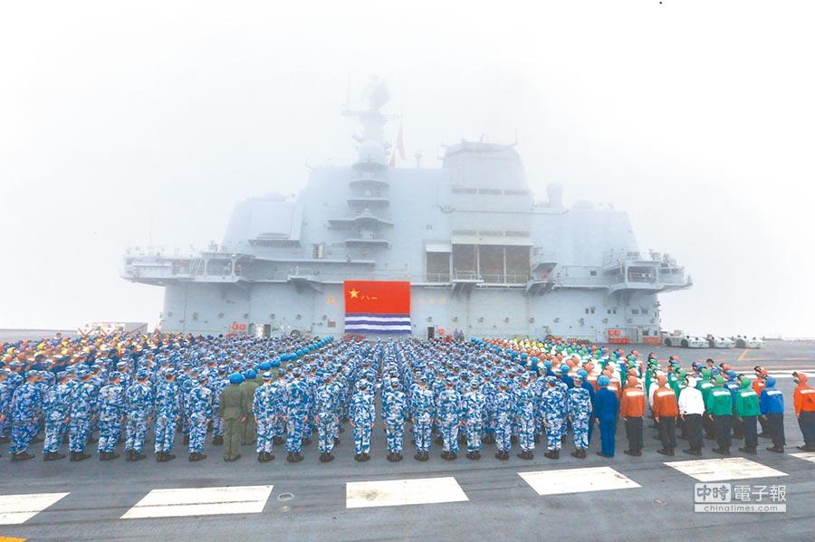 2018年4月23日,遼寧艦航母編隊官兵在飛行甲板舉行宣誓,慶祝海軍成立69周年。(中新社)