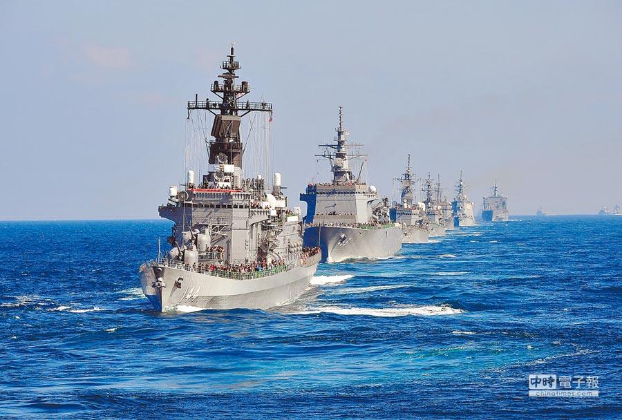 日本有意派艦參加中國海軍海上閱艦式。圖為2015年10月18日,日本自衛隊海上軍演。(中新社)